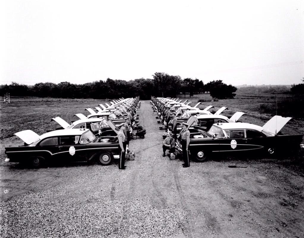 1957. Kansasi országúti rendőrök az éves ellenőrzésre felkészülve..jpg