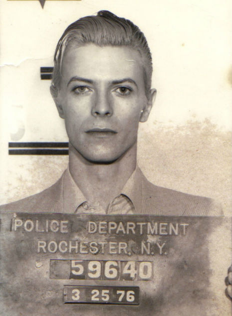 1976. David Bowie rabosítási fotója. Marijuana birtoklásért vették  őrizetbe..jpg