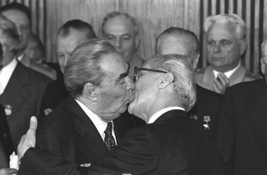 1979. Leonyid Brezsnyev szovjet és Erich Honecker NDK pártfőtitkárok baráti csókja. Hányós-szmájli van.jpg