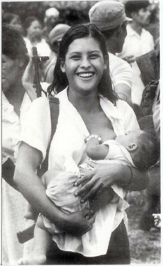 1984. Sandinista harcosnő szoptatja gyermekét a Kontrák elleni harcok idején..jpg