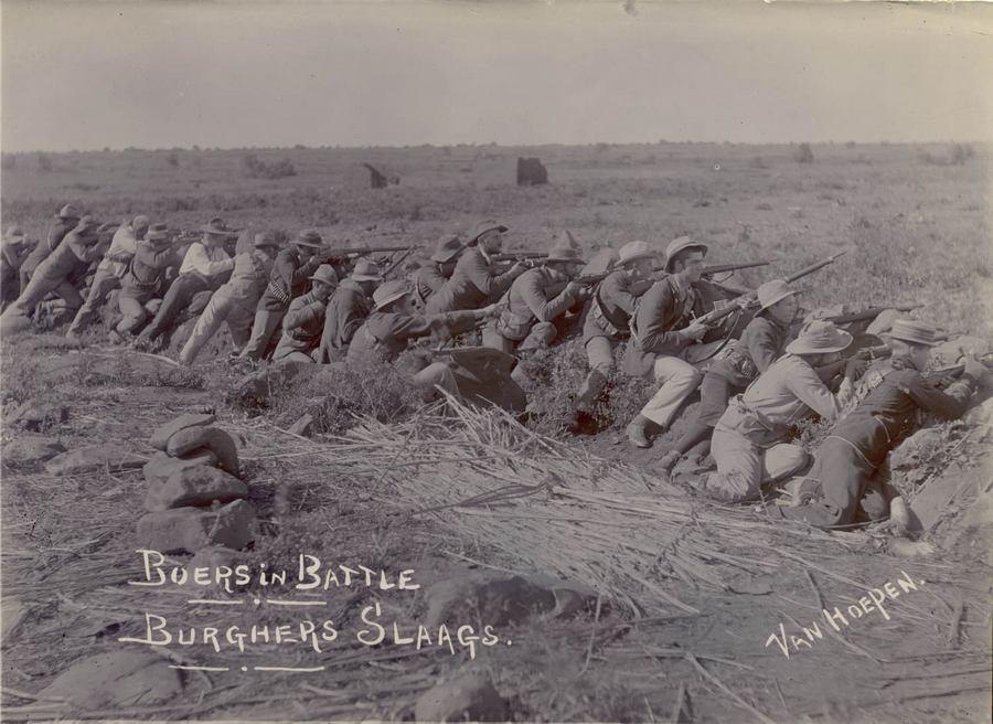 1899. Búrok harcolnak az angolok ellen Port Natalban. A későbbi első dél-afrikai miniszterelnök Louis Botha jobbról a hetedik a sorban..jpg