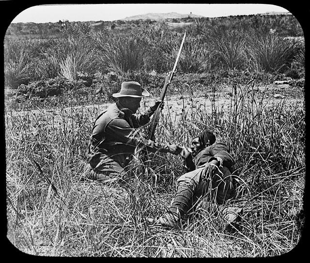 1915. Ausztrál katona és török foglya Gallipoillinál..jpg