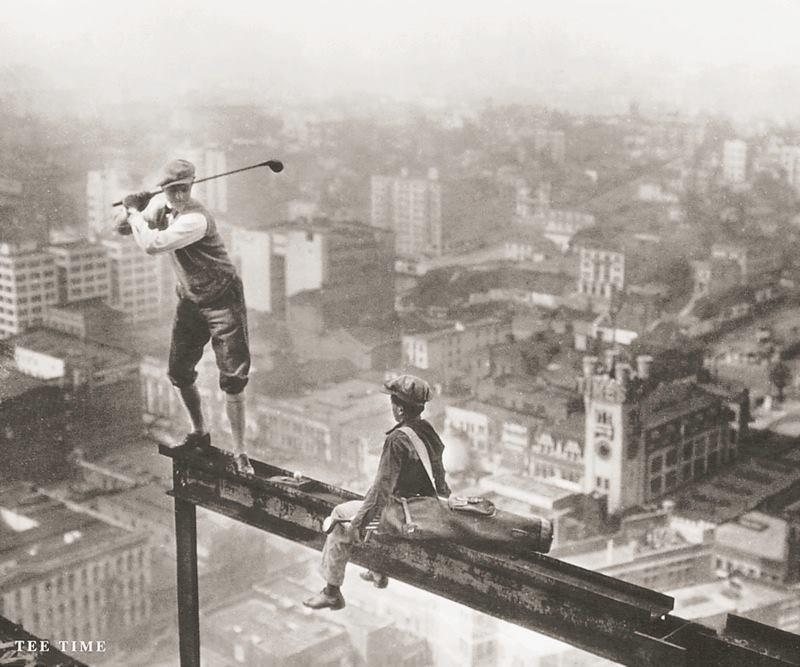 1932. A Rockefeller Center építése közben építőmunkások golfoznak..jpg