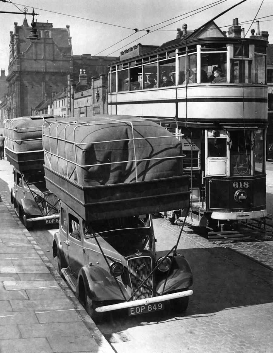 1940. Gázhajtású taxik Londonban. A tetőre helyezett zsákokban lévő gázzal kb. 20-30 mérföldet tudtak megtenni..jpg
