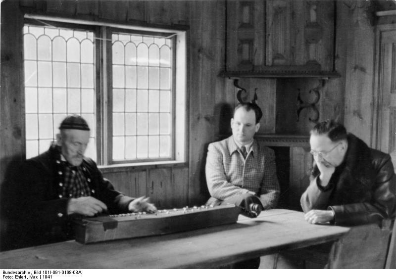 1941. Himmler Norvégiában egy helyi népzenész játékát hallgatja..jpg