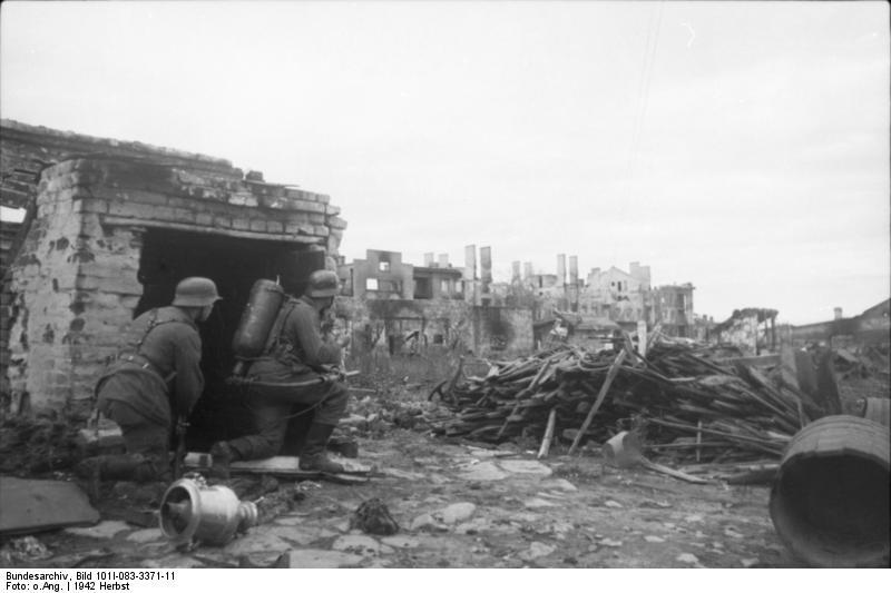 1942. Német lángszórósok Sztálingrádnál..jpg