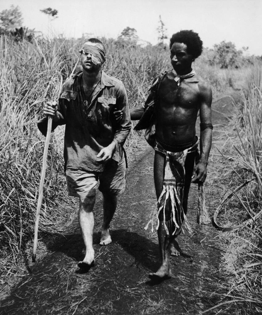 1942. Pápua férfi egy sérült ausztrál katonának segít..jpg