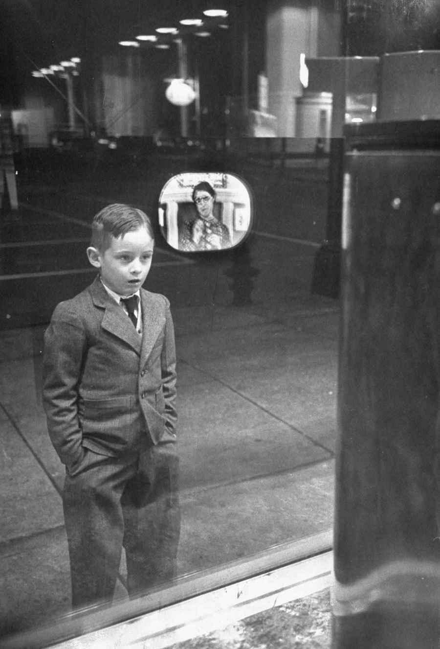 1948. Egy fiú életében először lát televíziót egy bolt kirakatában..jpg