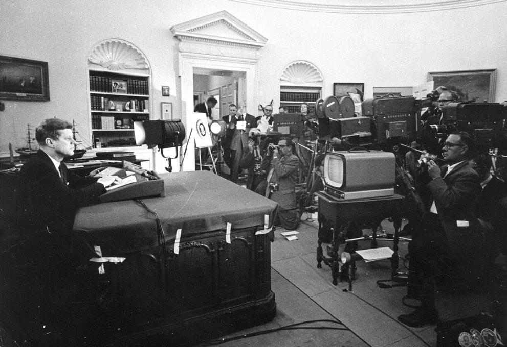 1962. október 24. Kennedy televíziós beszéde a kubai rakétaválság idején, amelyben bejelenti a szigetország katonai blokádját és figyelmeztette a Szovjetuniót..jpg