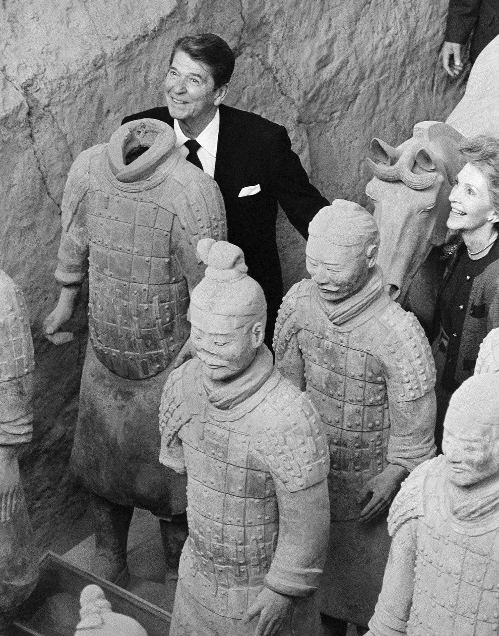 1984. Ronald Reagan fejét kölcsönzi egy vicces fotó erejéig egy cserépkatonának, Kínában tett látogatása során..jpg