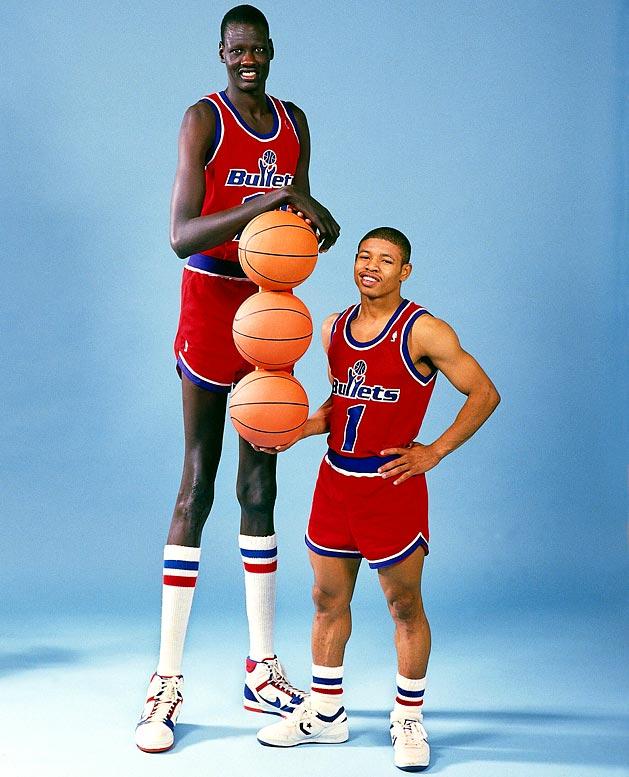 1987. Manute Bol és Muggsy Bogues az NBA legmagasabb és legalacsonyabb játékosai. Mindketten a Baltimore Bullets csapatában játszottak..jpg