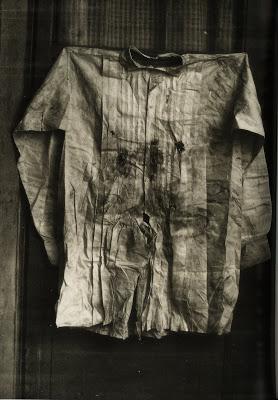 1867. I. Miksa, kivégzett mexikói császár golyószaggatta inge..jpg