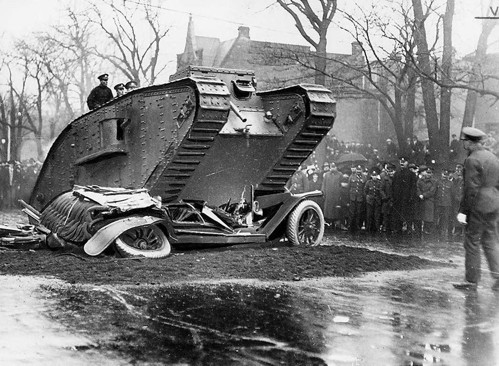 1918. Brit Mark IV tank tapos el egy gépkocsit a torontói Fegyverszünet Napi ünnepségen..jpg