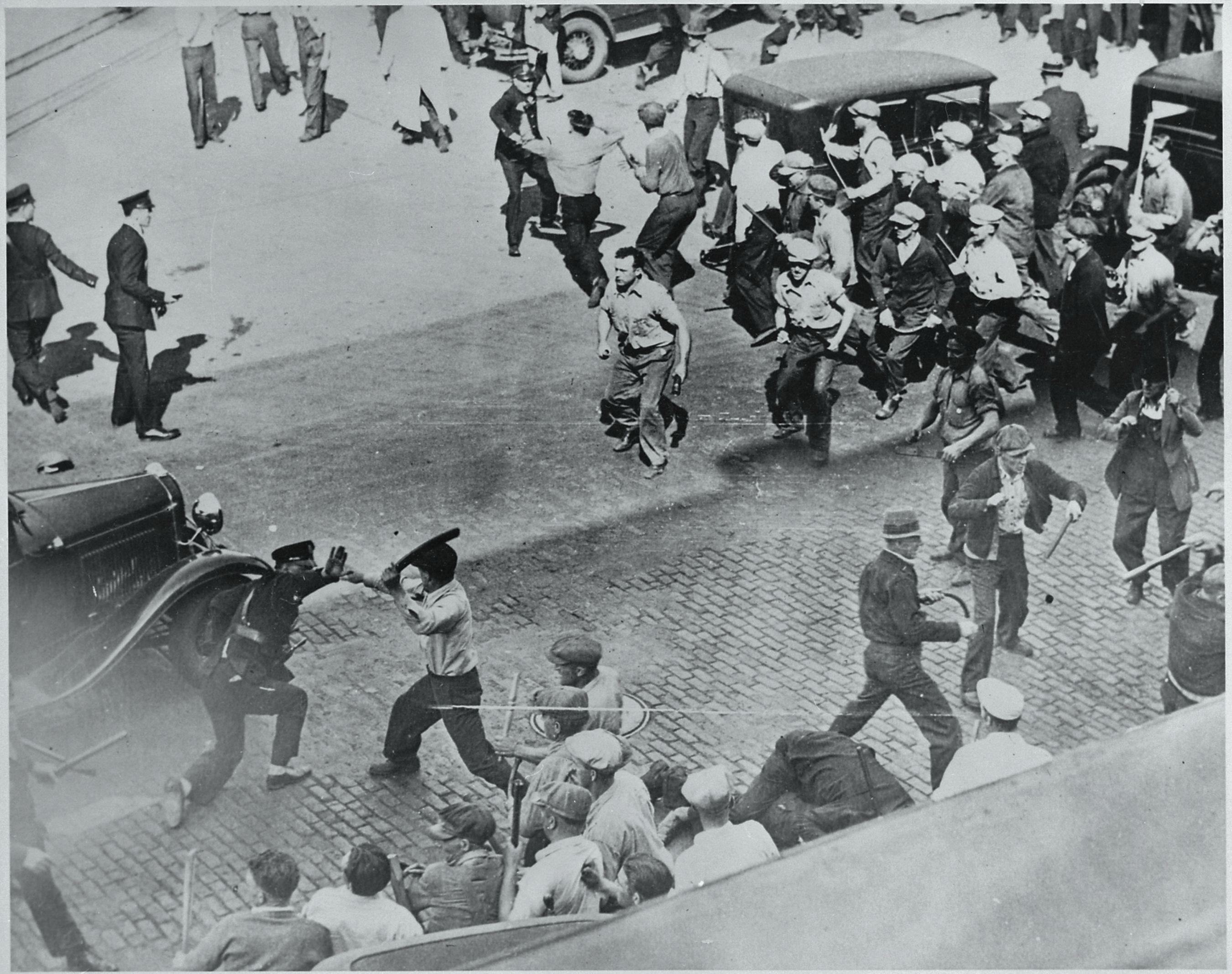 1934. Sztrájkoló munkások és rendőrök összecsapása Minneapolisban, USA..jpg
