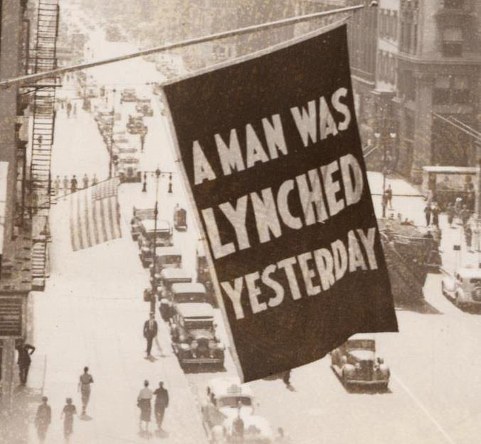 1938. A színesbőrűek polgárjogi egyesületének harlemi épületén lengő zászló szövege. Tegnap meglincseltek egy embert..jpg