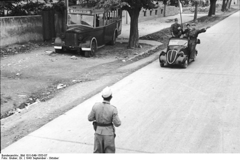 1943. Split, Jugoszlávia. Egy olasz katona az úton és németek egy Fiat Topolinoban..jpg