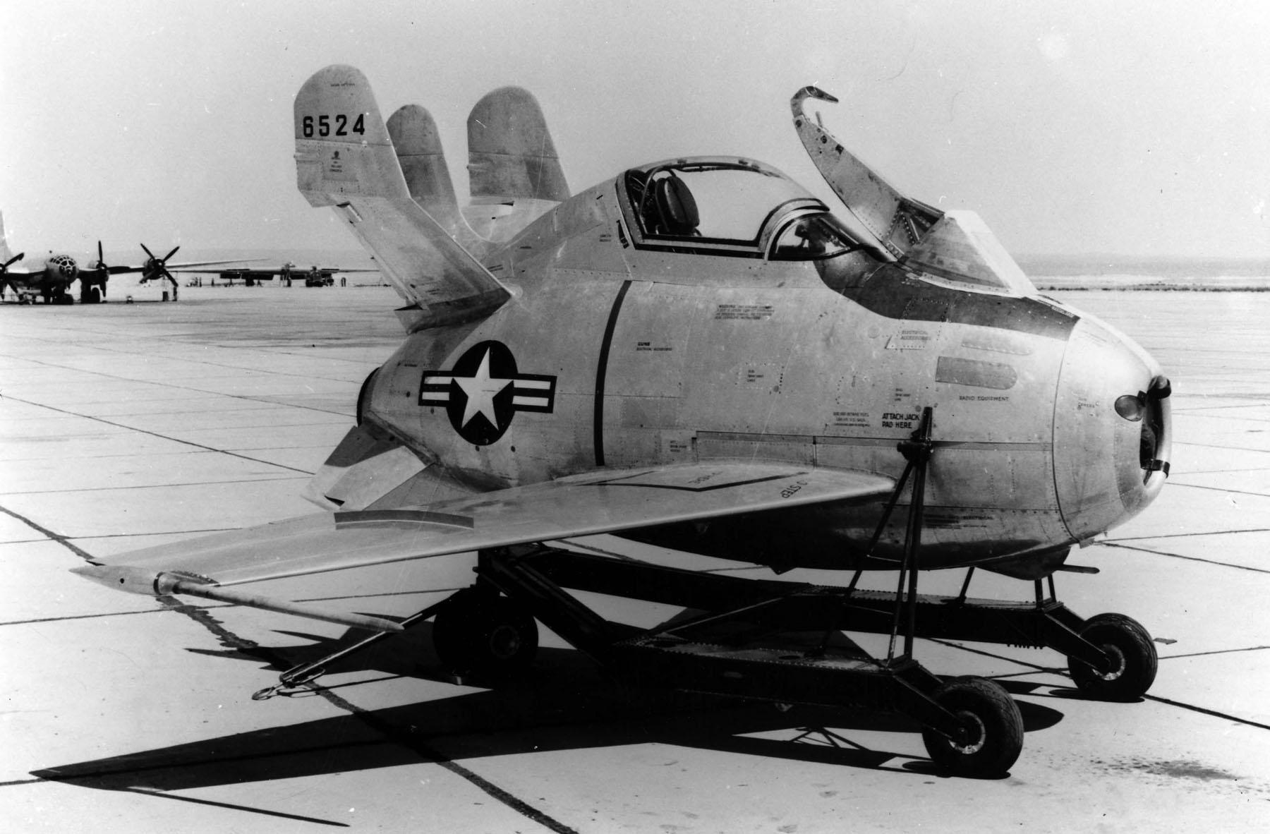 1948. McDonnell XF-85 Goblin, kísérleti parazita vadászgép..jpg