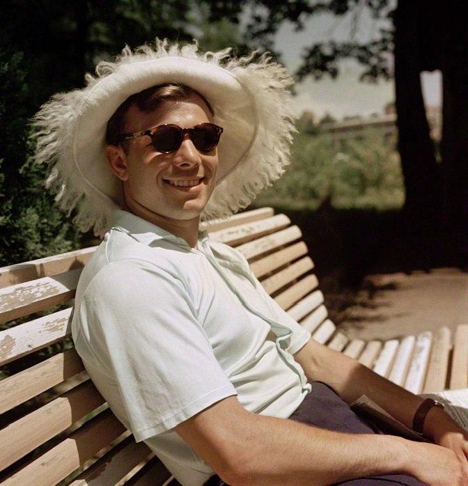 1961. Jurij Gagarin vakáción a Krím-félszigeten..jpg