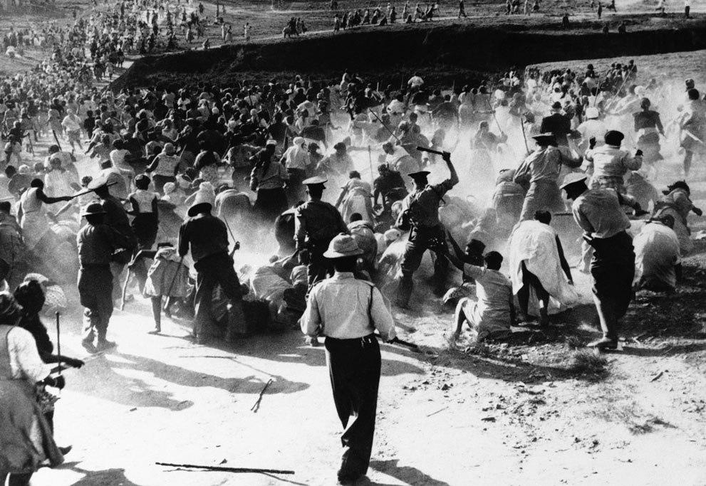1962. Dél-Afrikai rendőrök női tűntetőket vernek..jpg
