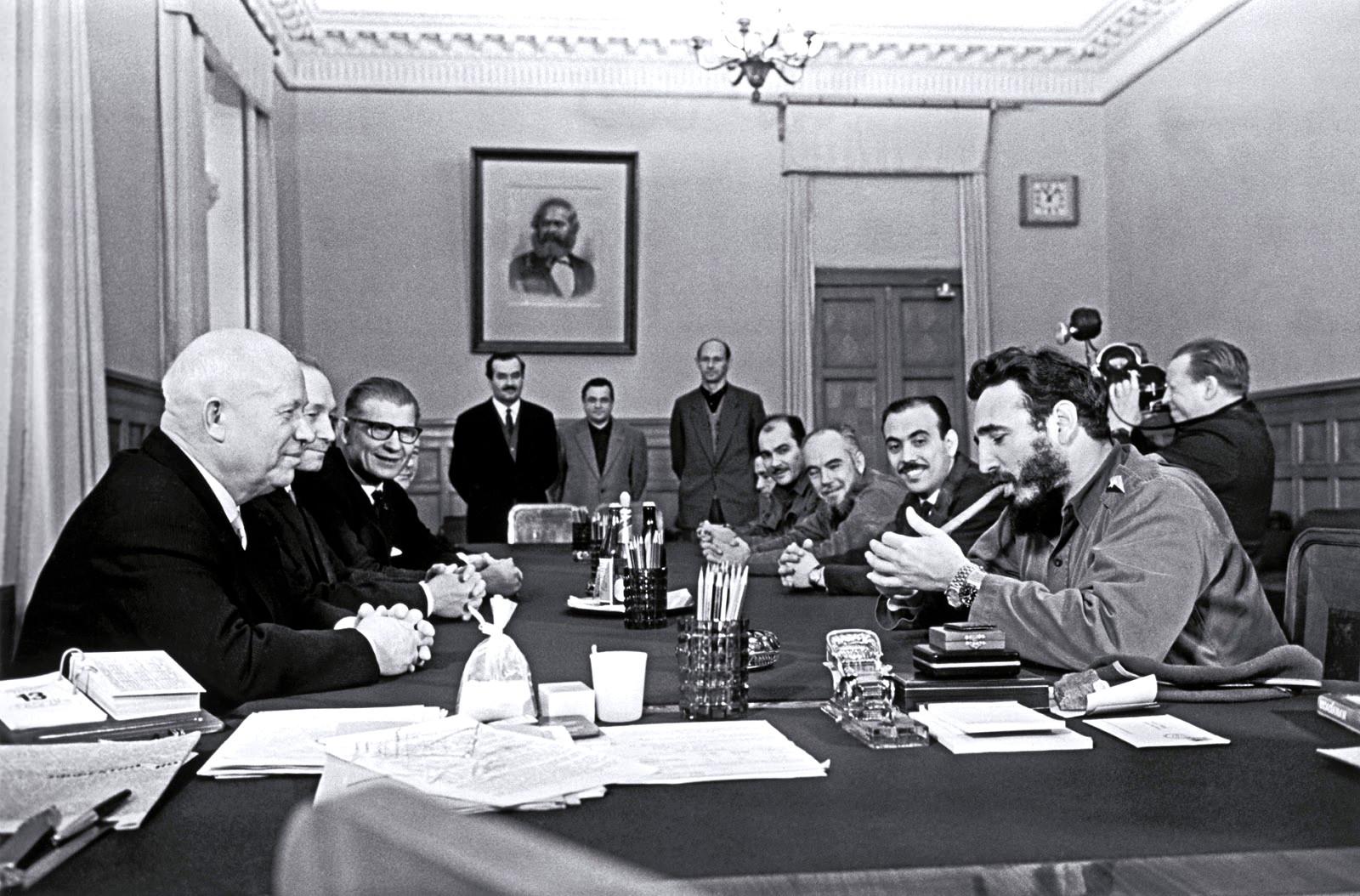 1967. Fidel Castro Moszkvában a Kremlben éppen szivarra gyújt. De nem ez az érdekes. Nézzétek a csuklóját. Két óra van rajta és mindkettő Rolex..jpg