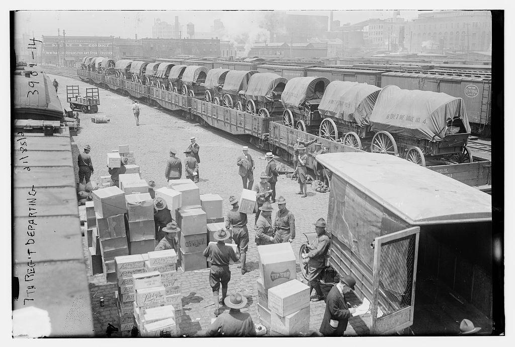 1917. Az Európában harcoló amerikai csapatok ellátmányának berakodása..jpg