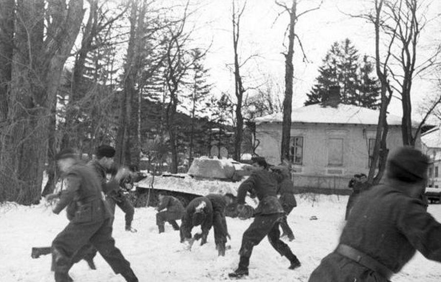 1943-44 tele. Német katonák hógolyóznak a Balkánon..jpg