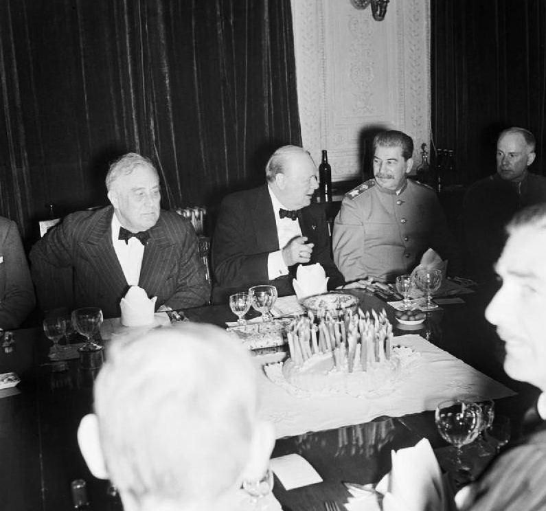 1943. Roosevelt, Churchill és Sztálin együtt Churchill 69. születésnapját ünneplik Teheránban..jpg