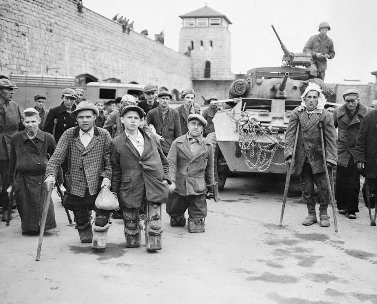 1945. A mauthauseni koncentrációs tábor felszabadítása idején kiszabadult rokkant lengyelek és oroszok..jpg