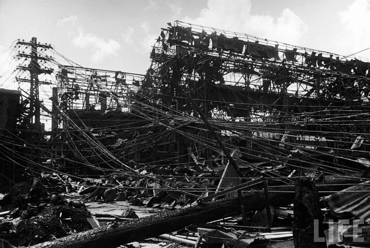 1945. szeptembere. A Mitsubishi acélművek épületeinek maradványai az atombomba robbanása után az epicentrumtól másfél mérföldre..jpg