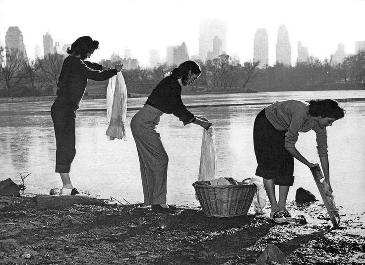 1949. Három nő mos a new yorki Central Parkban a vízkorlátozás idején..jpg
