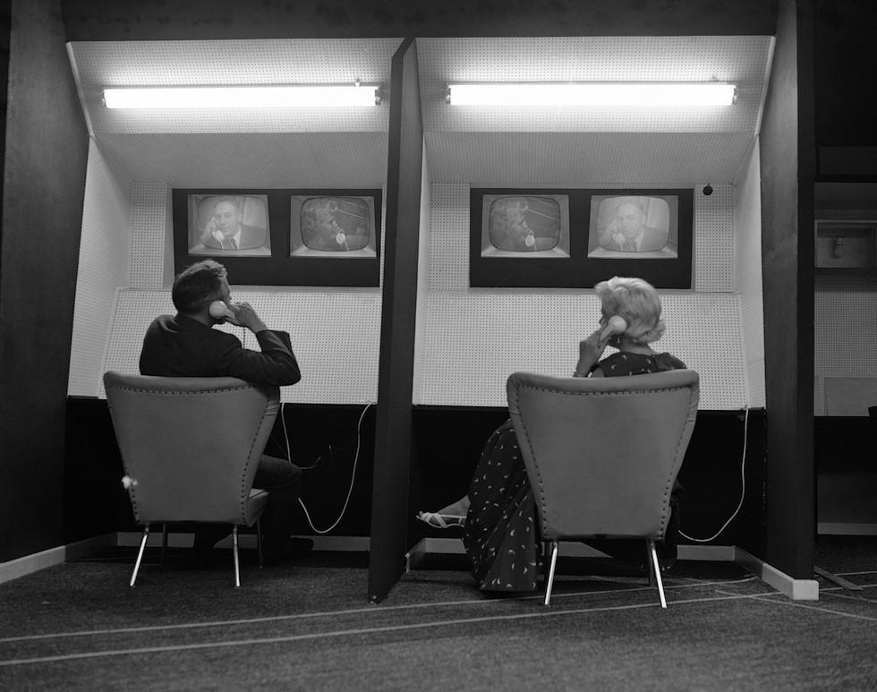 1957. Az első videótelefon-rendszer bemutatója a frankfurti Rádió és Televízió kiállításon..jpg