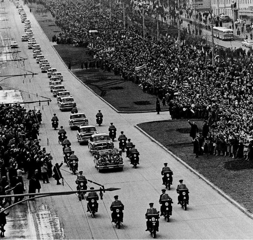 1961. április 14. Gagarin sikeres űrrepülésének tiszteletére rendezett állami díszmenet Moszkvában..jpg