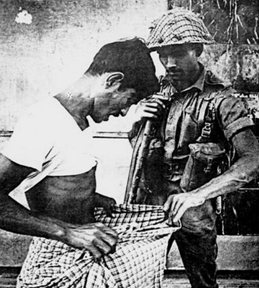 1971. A Nyugat-Pakisztáni népirtás idején egy katona ellenőrzi a megállított férfit, hogy körül van-e metélve. A hinduknál nem szokás..jpg