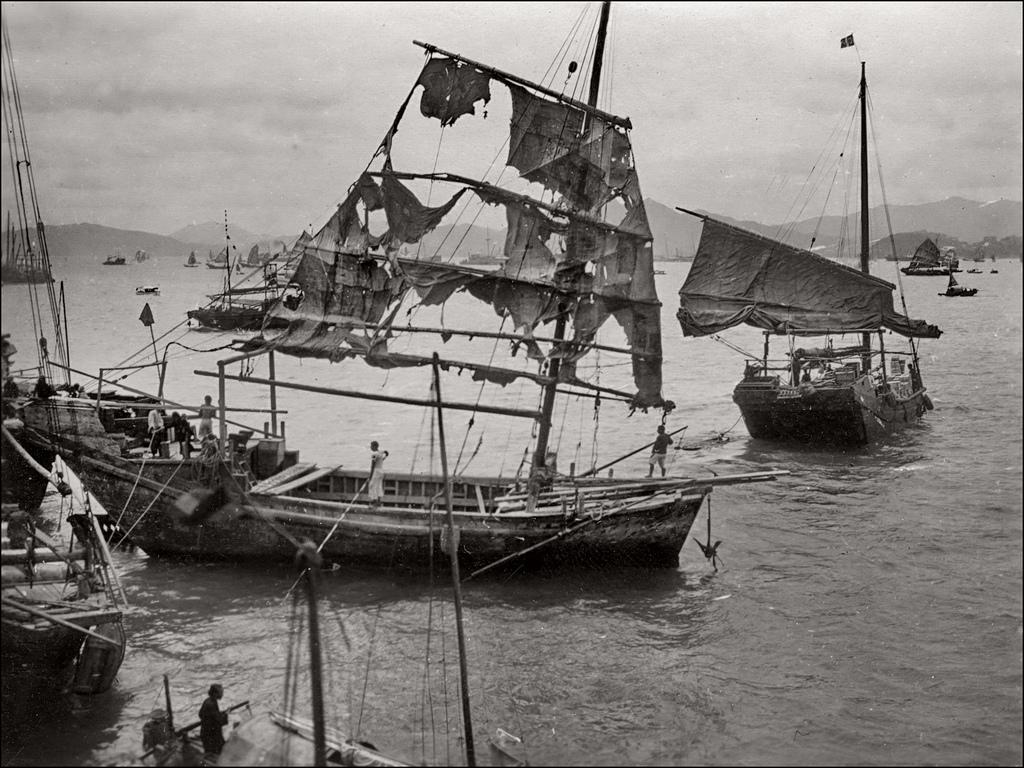 1930 körül. Tájfun után a kikötőbe befutó megtépázott hajó. Hong-Kong..jpg