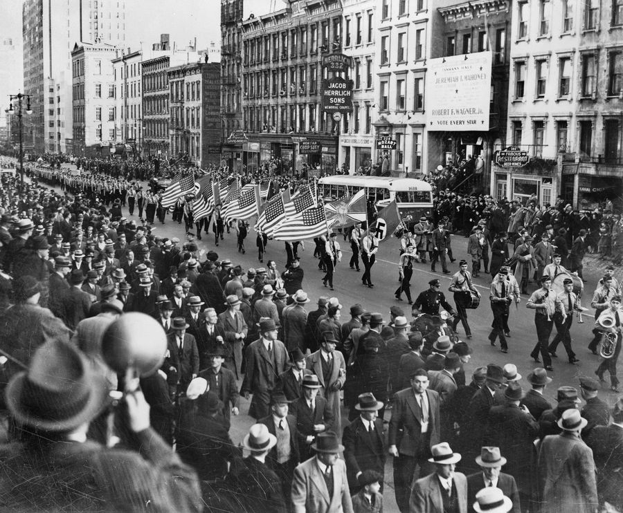 1939. okt. 30. German American Bund (Amerikai Nácik) parádéja az East 86-dik utcán New York-ban..jpg