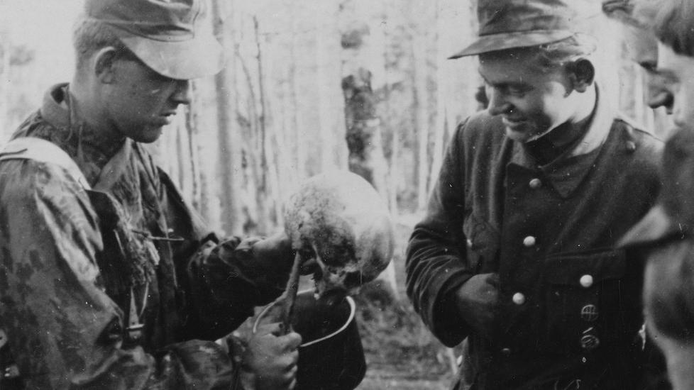 1944. Finn SS sí-egység tagjai kifőzik egy szovjet katona koponyáját szuvenírnak. Karélia, Finnország..jpg