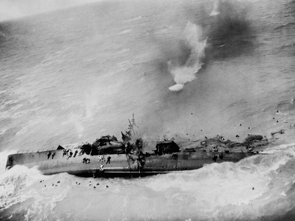 1945. Egy japán romboló utolsó percei a Csendes-óceánon..jpg