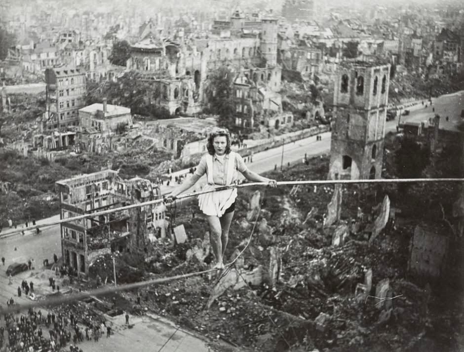 1946. Kötéltáncos bemutató Kölnben a Heumarkt-on, a világháborús romok közepén..jpg