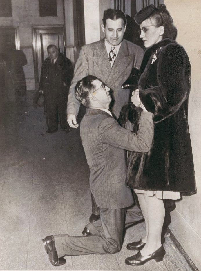 1948. Egy férfi térdenállva könyörög a nejének egy válóperes bíróságon, Chicagóban..jpg