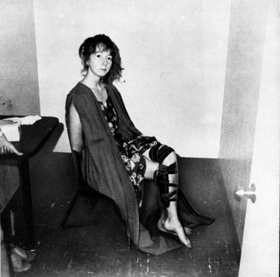 1975. Lynette Squeaky Fromme ül a kihallgatószobában szeptember 5-én a Gerald R. Ford volt amerikai elnök ellen elkövetett merényletkísérlete után. 34 évet kaptt, amit le is ült. 2009-ben szabadult 65 évesen..jpg