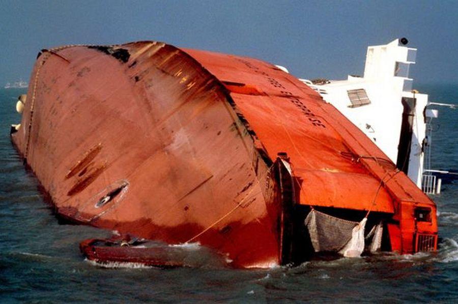 1987. Az MS Herald of Free Enterprise komphajó Zeebrugge-nél. A balesetben 193-an haltak meg, amikor emberi mulasztásból induláskor nem csukták be az orrkaput..jpg