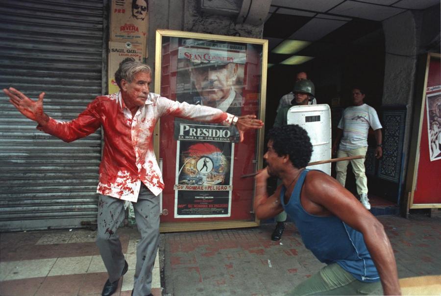 1989. Manuel Noriega diktátor támogatói megtámadták az utcán az újonnan demokratikusan megválasztott alelnököt, Guillermo Ford-ot..jpg