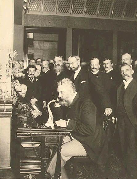 1892. Bell az első távolsági beszélgetést kezdeményezi New Yorkból Chicagóba..jpg
