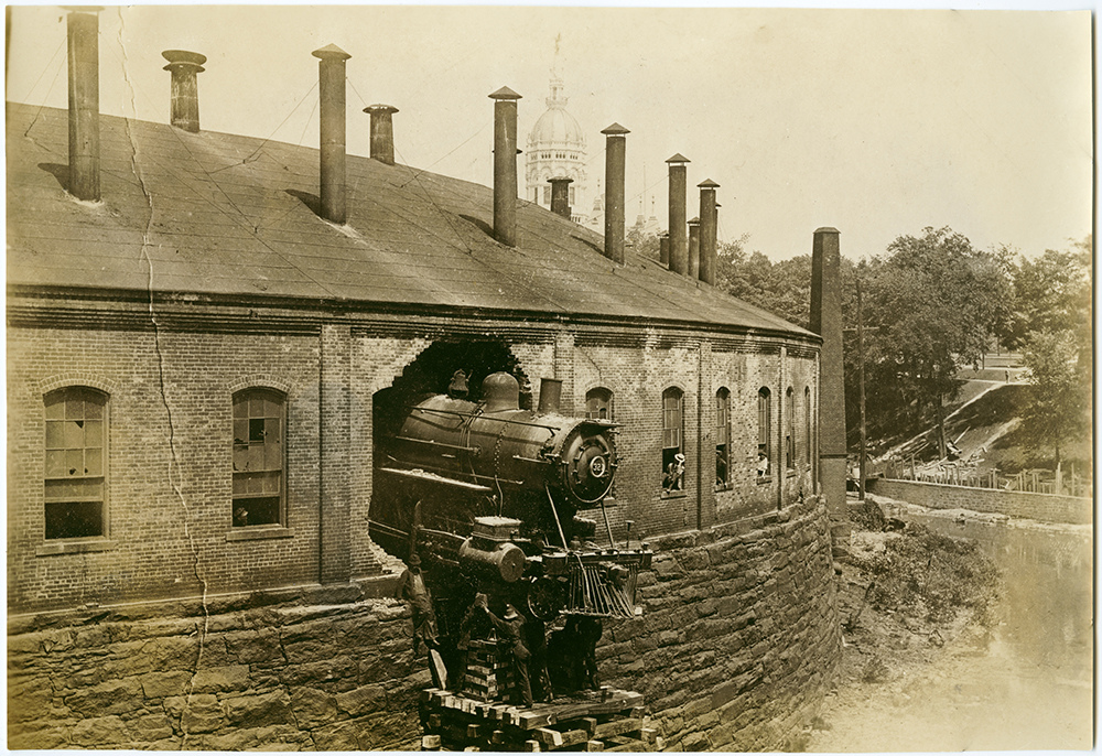 1905. New York, New Haven and Hartford Locomotive No. 321 crash through roundhouse.jpg