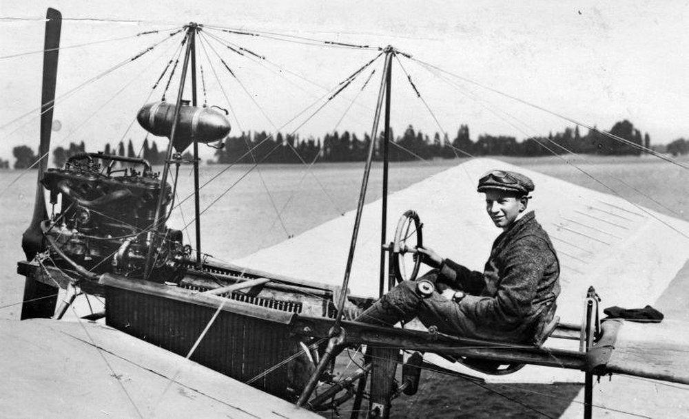 1911. A 21 éves Anthony Fokker a Pók nevű első repülőgépében, Hollandiában..jpg