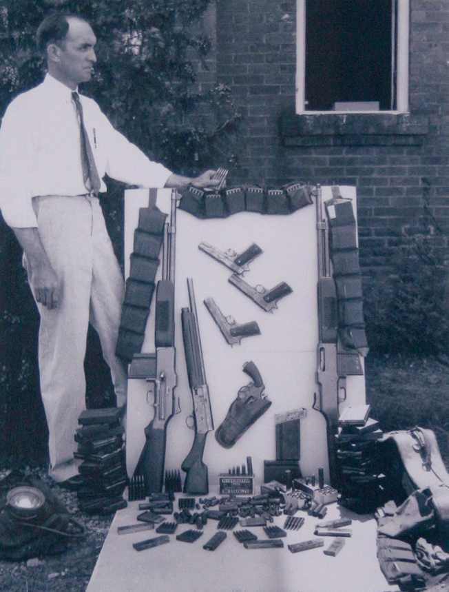 1934. A fegyverarzenál, amit Bonnie és Clyde autójában találtak a végzetes tűzharc után..jpg