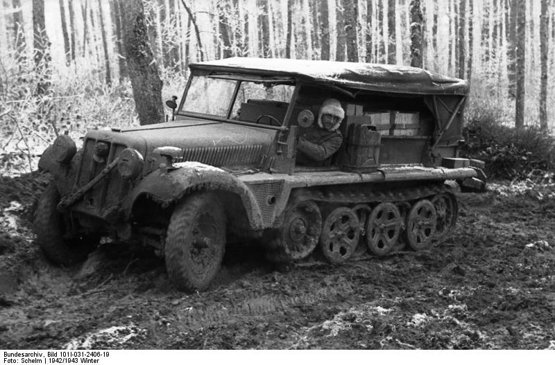 1942-43 tele. Német Sd Kfz 10-es féllánctalpas a szovjet sártengerben..jpg
