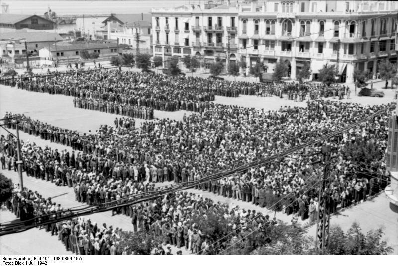 1942. július. Szaloniki teljes zsidó lakossága a deportálás napján..jpg