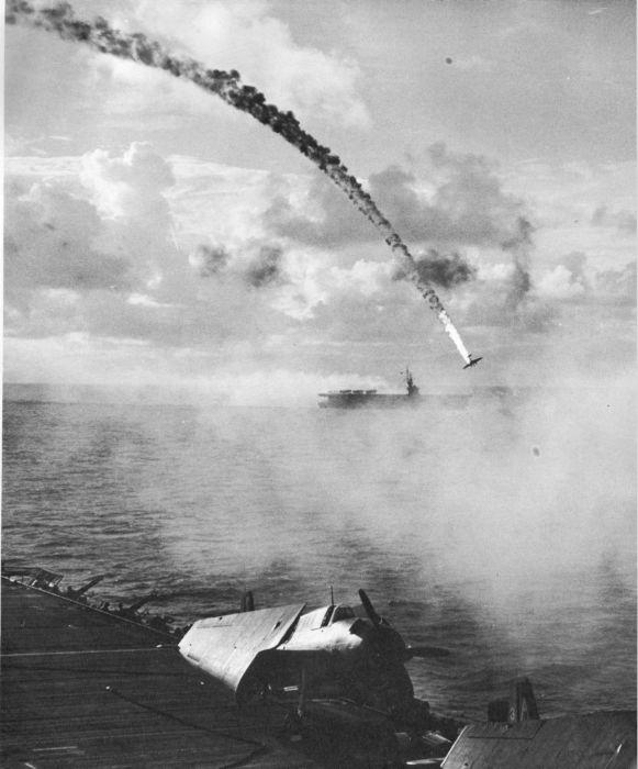 1944. Japán repülőgép zuhan az óceánba Saipan-nál..jpg