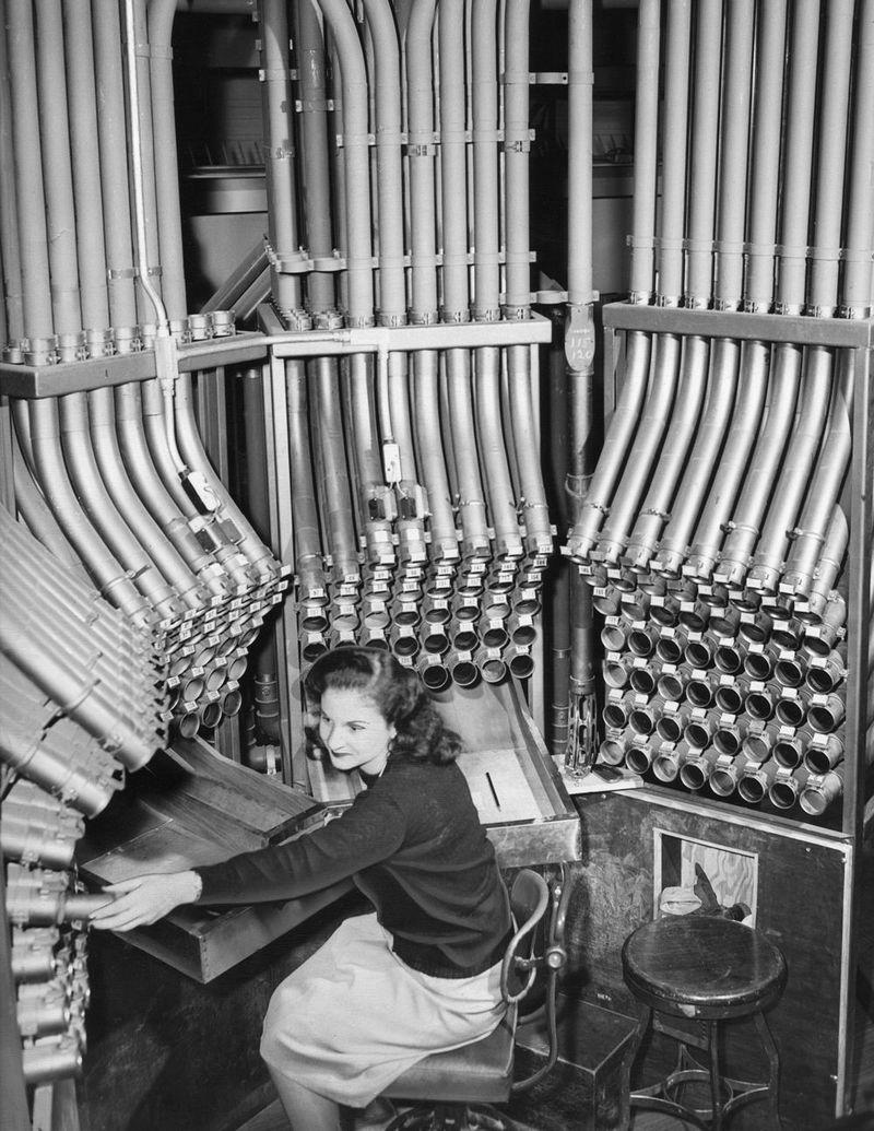 1947. Csőposta kezelő hölgy egy chicagói áruházban. A különböző osztályok pénztáraiból küldték a központi trezorba a bevételt..jpg